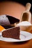 Torta de chocolate con los ingredientes Imágenes de archivo libres de regalías
