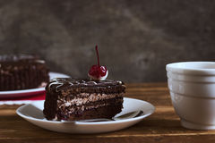 Torta de chocolate con té en fondo oscuro Pequeña profundidad del campo, imagen entonada, foco selectivo Imagenes de archivo