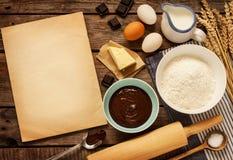 Torta de chocolate de hornada - ingredientes y papel en blanco - fondo Fotos de archivo libres de regalías