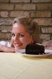 Torta de chocolate de la cereza de la mujer v - tentación Fotos de archivo