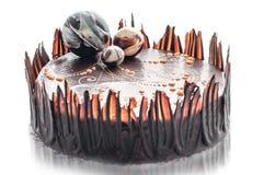 Torta de chocolate del cumpleaños con la decoración de la bola del chocolate, pedazo de torta poner crema, pastelería, fotografía Fotos de archivo libres de regalías