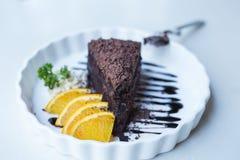 Torta de chocolate deliciosa del foco suave adornada con la naranja en whi Fotografía de archivo