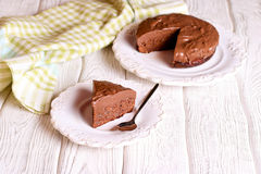 Torta de chocolate deliciosa en la placa en la tabla en fondo ligero Imagen de archivo