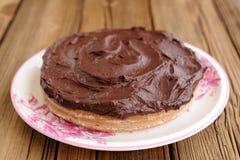 Torta de chocolate deliciosa hecha en casa redonda cubierta con el ganac grueso Imagenes de archivo