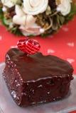Torta de chocolate en forma de corazón con la decoración del corazón Foto de archivo