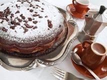 Torta de chocolate en la bandeja de plata en el desayuno. Imágenes de archivo libres de regalías