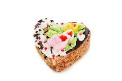 Torta de chocolate en la forma del corazón adornado con la flor poner crema Imágenes de archivo libres de regalías