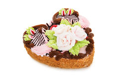 Torta de chocolate en la forma del corazón adornado con la flor poner crema Foto de archivo libre de regalías