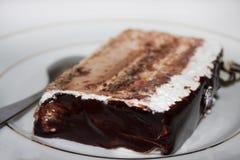 Torta de chocolate en la placa Foto de archivo