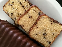 Torta de chocolate en la placa Fotos de archivo libres de regalías