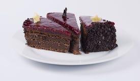 Torta de chocolate en la placa blanca fotografía de archivo