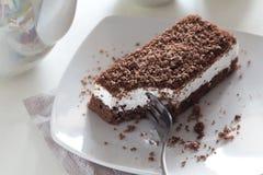 Torta de chocolate en la placa blanca Imagenes de archivo