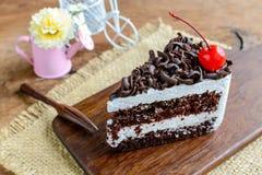 Torta de chocolate en la tabla de madera Fotos de archivo libres de regalías