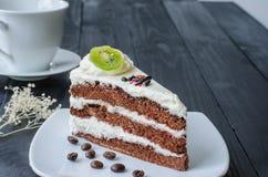 Torta de chocolate en plato Fotos de archivo libres de regalías