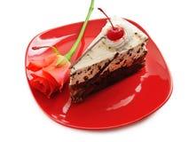 Torta de chocolate en plato rojo Imagen de archivo libre de regalías