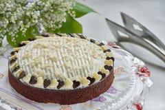 Torta de chocolate en soporte de la torta imagenes de archivo