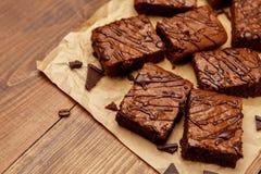 Torta de chocolate en un molde para el horno fotos de archivo
