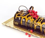 Torta de chocolate en una placa. Fotos de archivo