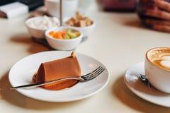 Torta de chocolate en una placa Fotos de archivo libres de regalías