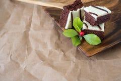 Torta de chocolate en una placa de madera con el espacio de la copia Fotos de archivo