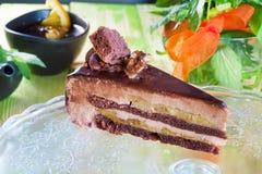 Torta de chocolate esmaltada con el plátano y las nueces, pedazo, aún vida, primer de un hermoso, primavera, comida, atmósfera, d Foto de archivo libre de regalías