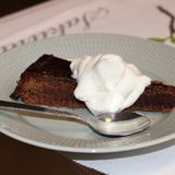 Torta de chocolate francesa con crema azotada fotos de archivo libres de regalías