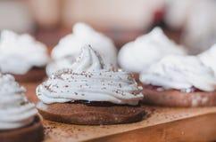 Torta de chocolate hecha en casa con crema de la clara de huevo y el primer del atasco fotografía de archivo libre de regalías