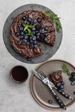 Torta de chocolate de la sobremesa con la torta entera en fondo ligero foto de archivo libre de regalías