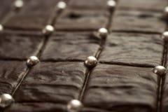 Torta de chocolate marrón de mirada deliciosa con las bolas de plata del azúcar Imagen de archivo libre de regalías