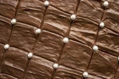Torta de chocolate marrón de mirada deliciosa con las bolas de plata del azúcar Imagenes de archivo
