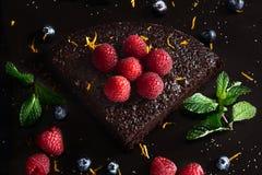 Torta de chocolate oscura deliciosa con las frambuesas Visión superior Imagen de archivo