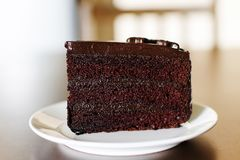 Torta de chocolate oscura deliciosa para el aniversario fotografía de archivo libre de regalías