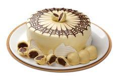 Torta de chocolate sabrosa aislada en blanco Imagenes de archivo