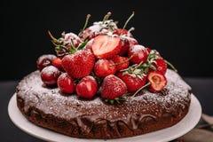 Torta de chocolate toscana con las fresas y las cerezas Imágenes de archivo libres de regalías