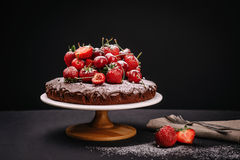 Torta de chocolate toscana con las fresas y las cerezas Fotos de archivo libres de regalías