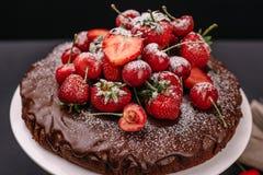 Torta de chocolate toscana con las fresas y las cerezas Fotografía de archivo libre de regalías
