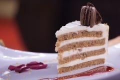 Torta de chocolate y macaron blancos Fotografía de archivo libre de regalías