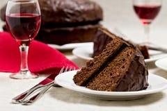 Torta de chocolate y vidrios de vino Imagen de archivo libre de regalías
