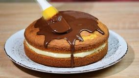 Torta de creme de Boston com vitrificação do chocolate Ganache de derramamento do chocolate em uma torta de creme de Boston vídeos de arquivo