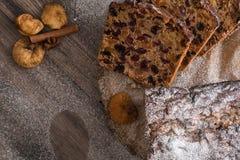 Torta de Cristmas de las frutas en la tabla de madera del marrón oscuro Canela, anís de estrella e higos foto de archivo libre de regalías