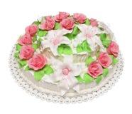 Torta de cumpleaños adornada con las flores aisladas en el backgroun blanco Imagen de archivo libre de regalías