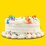 Torta de cumpleaños blanca deliciosa de la vainilla aislada encendido Foto de archivo libre de regalías