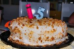 Torta de cumpleaños de cinco años deliciosa foto de archivo libre de regalías
