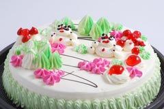 Torta de cumpleaños colorida imagen de archivo