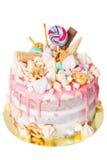 Torta de cumpleaños con adornado con los caramelos, piruleta, melcochas Color en colores pastel rosado Globos en fondo Aislado Fotografía de archivo