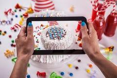 Torta de cumpleaños con la decoración Foto de archivo