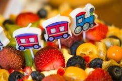Torta de cumpleaños con la fruta fresca y las bayas Imagenes de archivo
