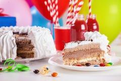 Torta de cumpleaños con la rebanada quitada Fotos de archivo