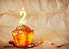 Torta de cumpleaños con la vela ardiente como número dos Imagen de archivo