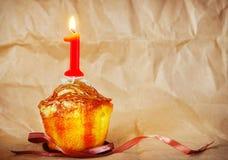 Torta de cumpleaños con la vela ardiente como número ocho Foto de archivo libre de regalías